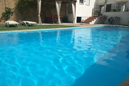 Very quiet villa with garden and pool to relax