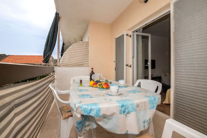 Three Bedroom Apartment, 150m from city center, seaside in Slatine (Ciovo), Balcony