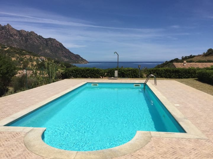 Villa con piscina - Villa with swimming pool.