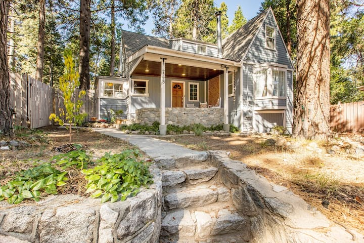 SUGAR PINE PLACE: CHIC, ROOMY COTTAGE IN THE WOODS