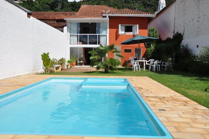 Casa Colonial com piscina aquecida - São Bento do Sapucaí