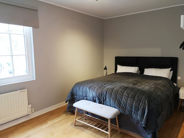 Modern room with double bed close to Majorstuen