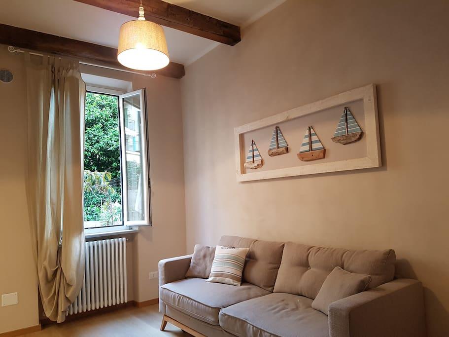 Zona giorno con  affaccio su giardino - Living area with garden view - Salon avec la vue sur jardin