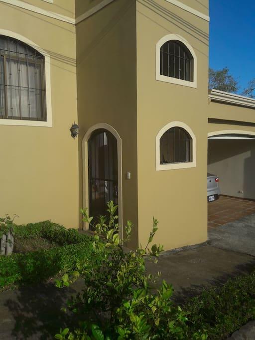 Esta es la fachada de mi casa. Con una pequeña zona verde.