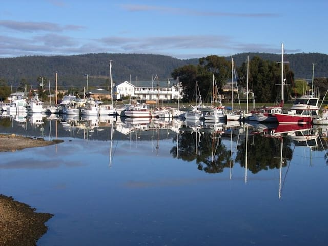 Waterfront Hotel in Fishing Village - Triabunna - Bed & Breakfast