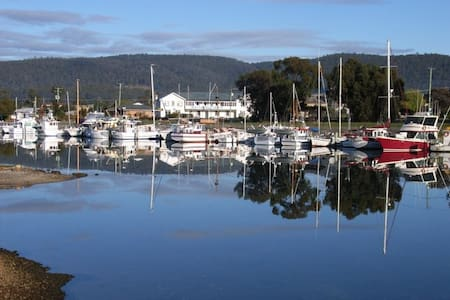 Hotel in Quaint Fishing Village - Triabunna