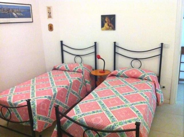 Camera con 3 letti singoli (2 in foto)
