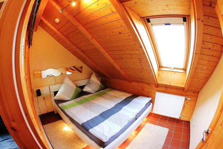 Unser kleines, gemütliches Schlafzimmer