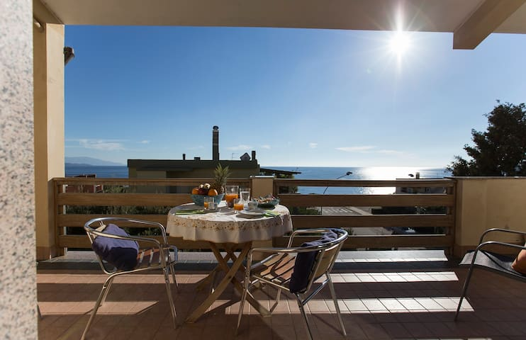 Wonderful Apartment Facing the Sea - Fertilia - Daire