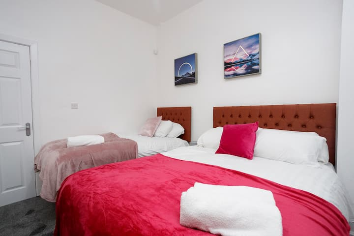 SLEEPS 4. Brand new . Near uni and the city F1