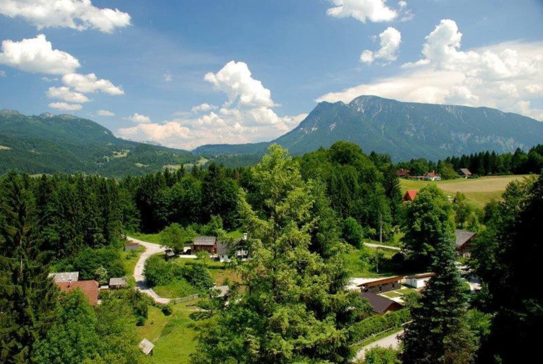 Живописный вид с балкона на долину и горы
