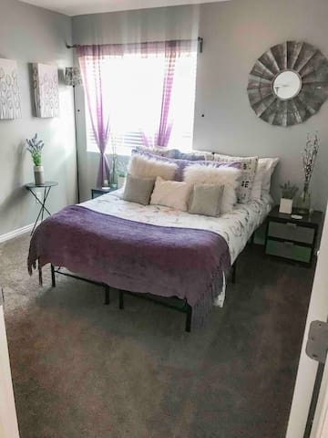 Clean Double bedroom, Bathroom, kitchen, pool!