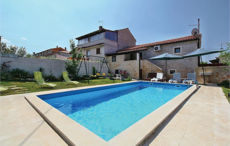 Holiday cottage with 3 bedrooms on 90 m² in Prhati