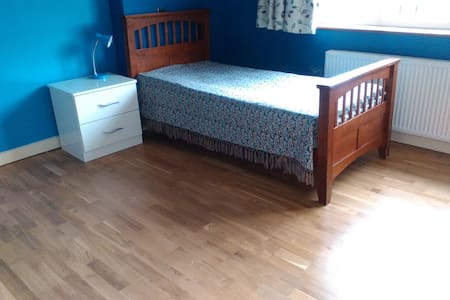 Large Double Room (single bed) with Ensuite - Pinner