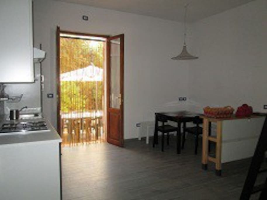 luminoso soggiorno con cucina attrezzata