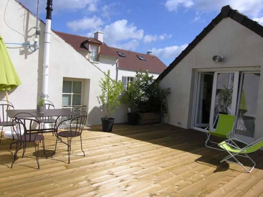 Le salon donne sur une terrasse de 35 m²