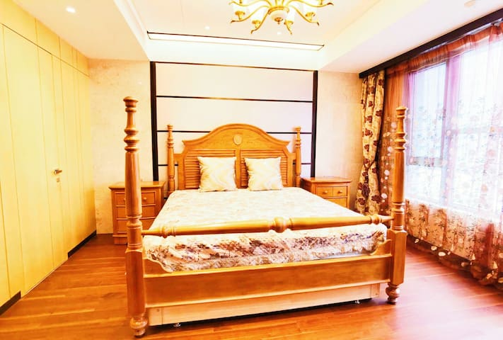美克美家2米*2米的美式田园实木床,80支纯棉缎面床品,专业的五星级酒店保洁阿姨打扫卫生,一客一换严格消毒。