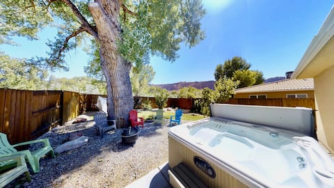 Cottonwood Retreat ~ 347, Luxurious Townhouse Two Blocks From Moab's Main Street With A Private Hot Tub - Cottonwood Retreat ~ 347