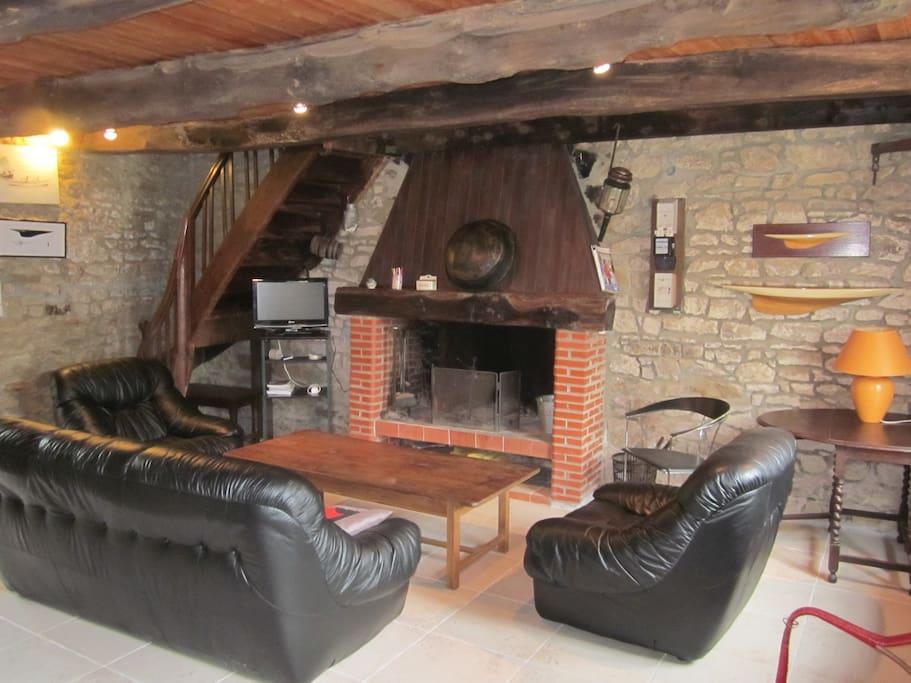 La salon autour de la cheminée