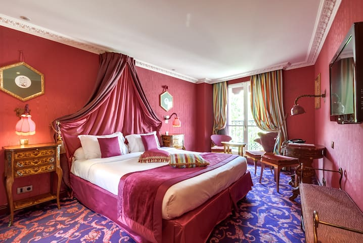 Romantic and rococo room with jacuzzi - breakfast included