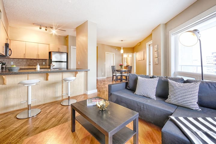 Stunning 104 St Condo - Walk to Rogers Place!
