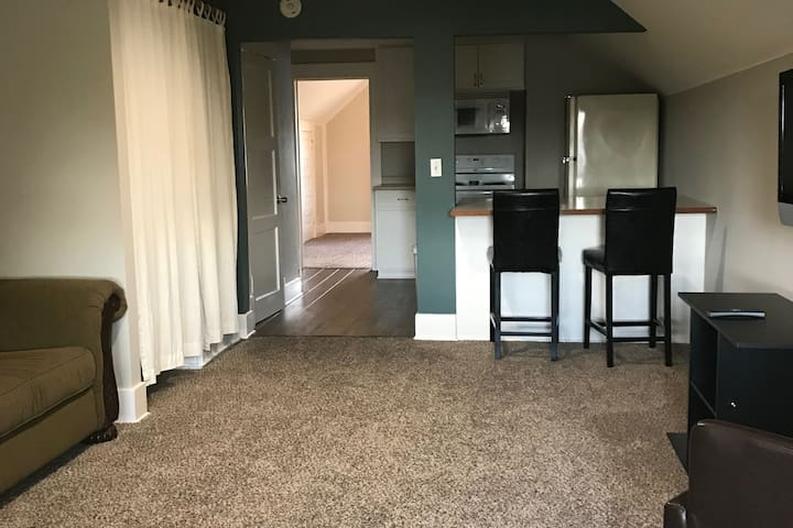 Cozy Apt. near Park, Food, Golf, and Bus