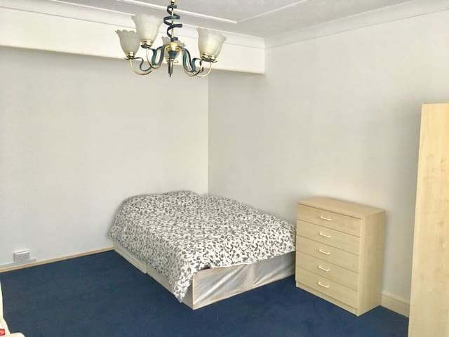 Cheap and clean double room in Mill Hill, London