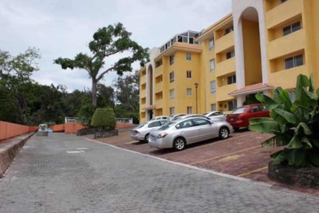 Cada departamento cuenta con 2 estacionamientos