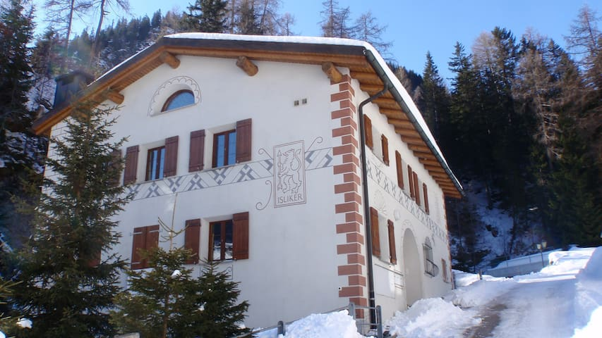 Romantic Swiss Chalet Penthouse - Mulegns - Chalé