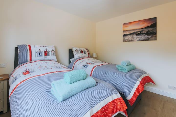 Bedroom 2 (2 x single / 1 x Kingsize)
