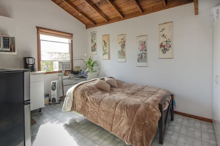 Detached Guest house a mile from the Beach! - Torrance - Casa