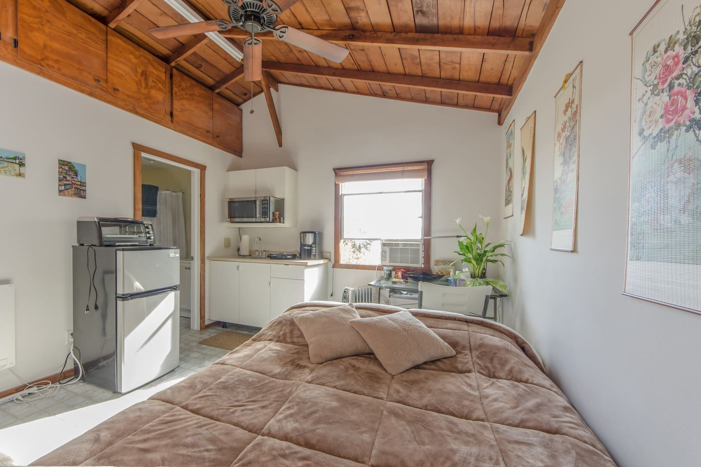Clean well taken care guest house with high,ceiling fan +A/C+ heater,hard memory foam bed+laptop stand +closet+ stove +refrigerator + hi speed wi fi +extra goodies upon arrival:) Complete privacy and secure parking 24/7 Is a nice location :)