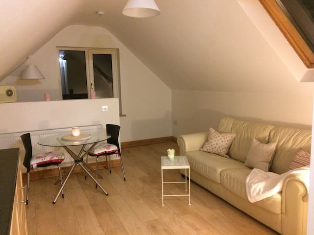 Fully equipped self-catering loft, 4 mins from M7