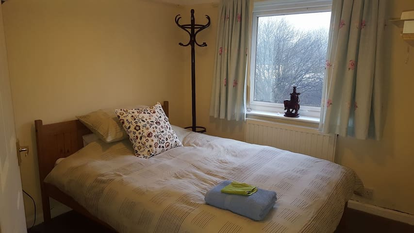 Simple double bedroom in Saltaire - Saltaire