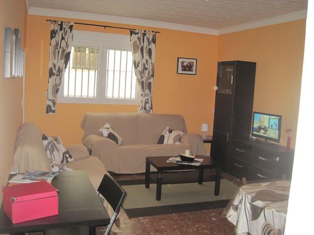 Room (orange) - centre 4min walking - Jerez - House