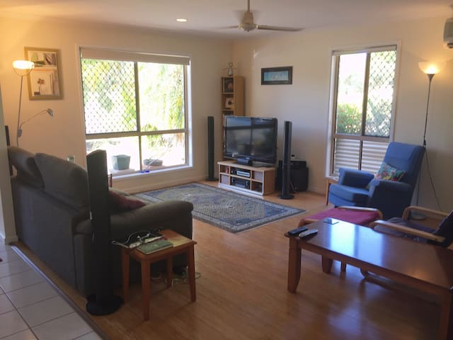 Spacious 2 bedroom pet friendly 5 minutes to beach - Pacific Paradise - Townhouse