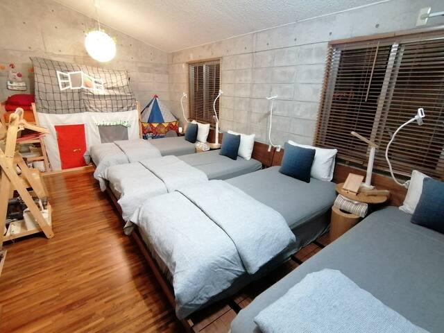 ベットルーム 1 (シングル4台、キッズベット) bedroom 1 (singlebed 4、KIDSbed)