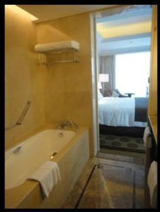 宽敞大理石洗浴及洗手间