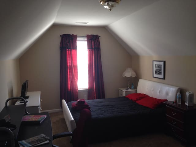 Comfortable and private queen bed, private bath - Chattanooga - Huis