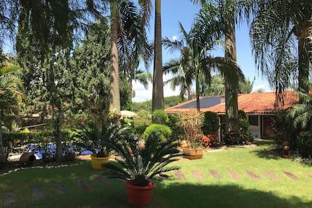 Casa de hospedes em condominio em Holambra - Holambra - Guesthouse