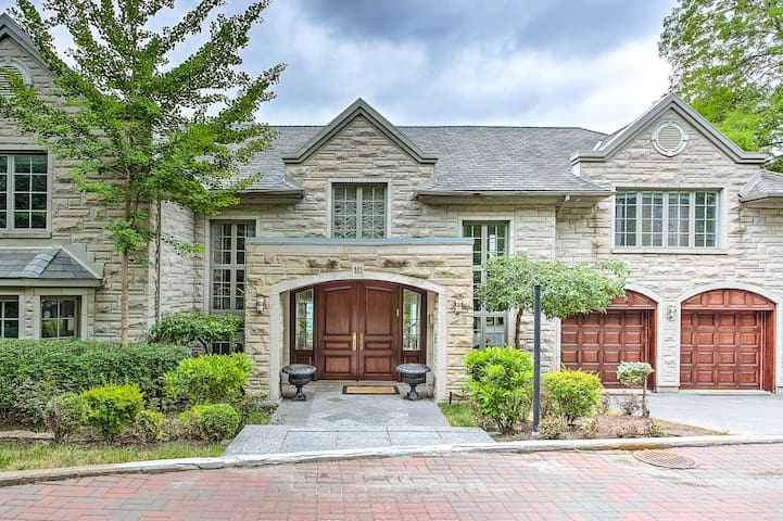 DS | Luxury 5BR Villa w/Pool in Westmount