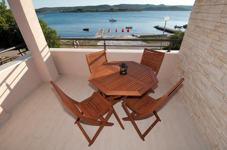 Seafront charming apt near Zadar - Turanj - Daire