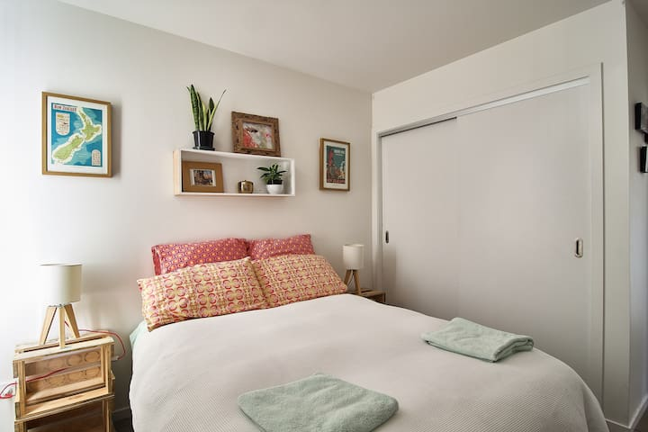 Private bedroom with own bathroom (no kitchen)