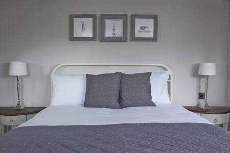 Snug Room + Breakfast, Ctrl Winchester - Winchester