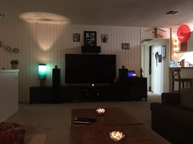 Women only Independent Room in a beautiful home. - Thousand Oaks - Flat