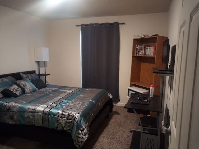 Personal Bedroom with Queen Sized Bed. 2m from AU