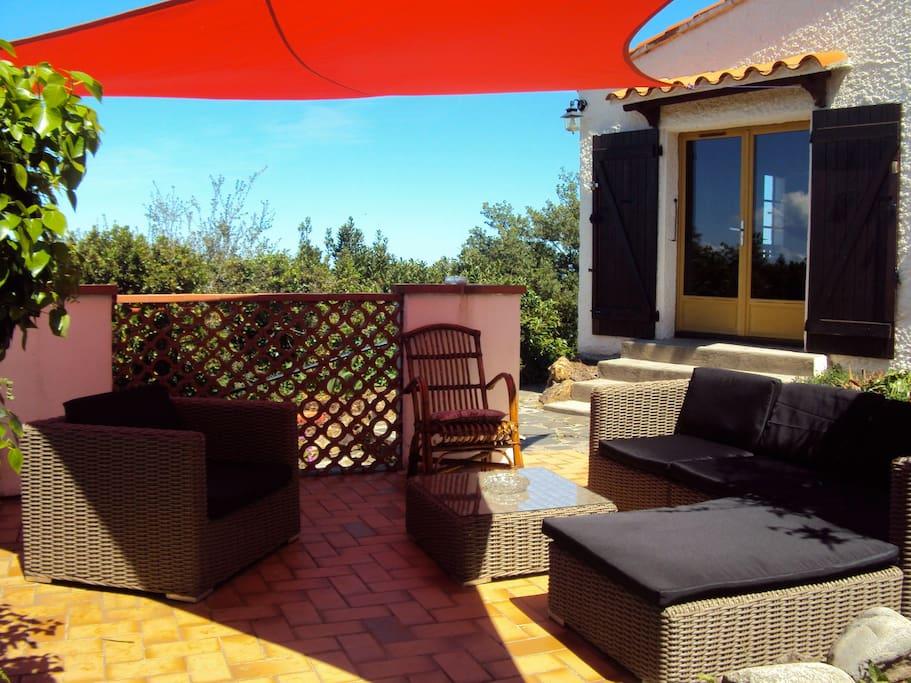terrasse salon avec vue panoramique sur la plaine et la mer