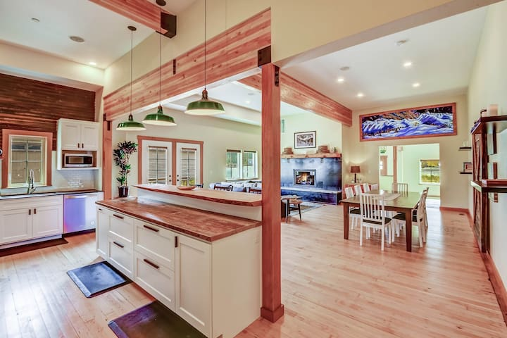 Historic, luxury lodge w/shared tennis court and mountain views!