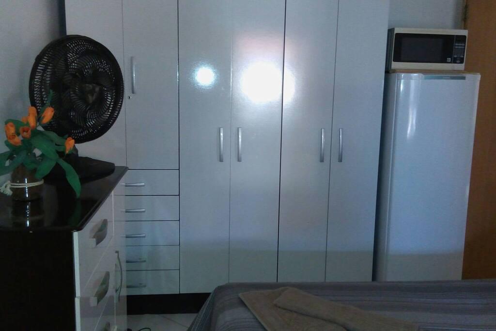 guarda roupas, comoda ,geladeira, microondas.