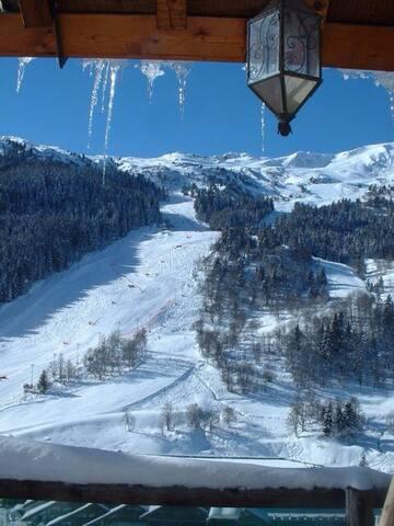 Authentic 4 BR Ski Chalet on slope - เล อัลลู - บ้าน